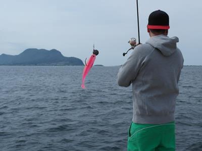 Angler wirft Köder vom Ufer in Norwegen aus
